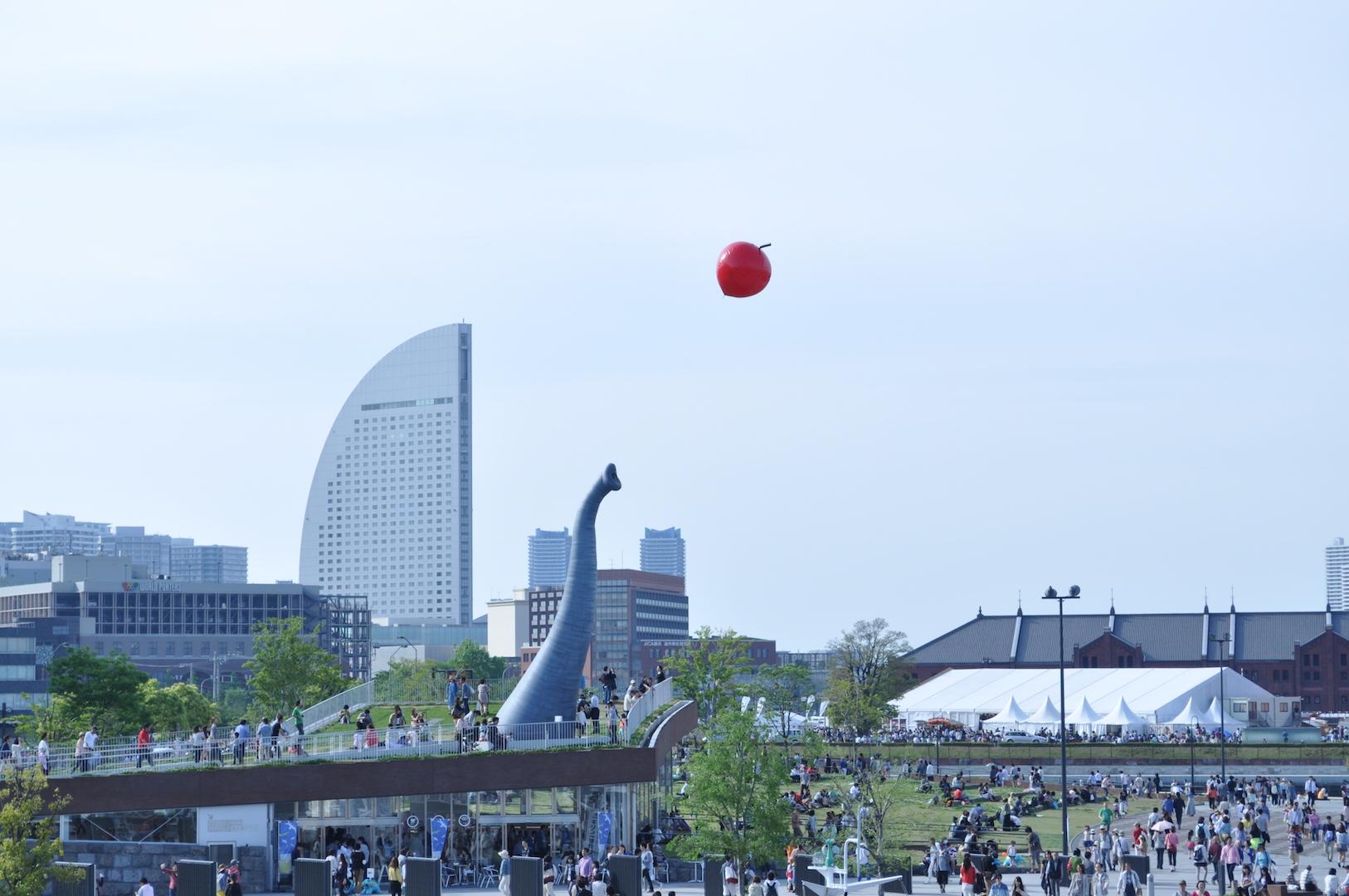 【みなとみらい】これって何?横浜みなとみらいに出現した巨大なゾウの鼻と赤い林檎